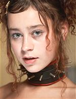 girls wearing chokers (necklac